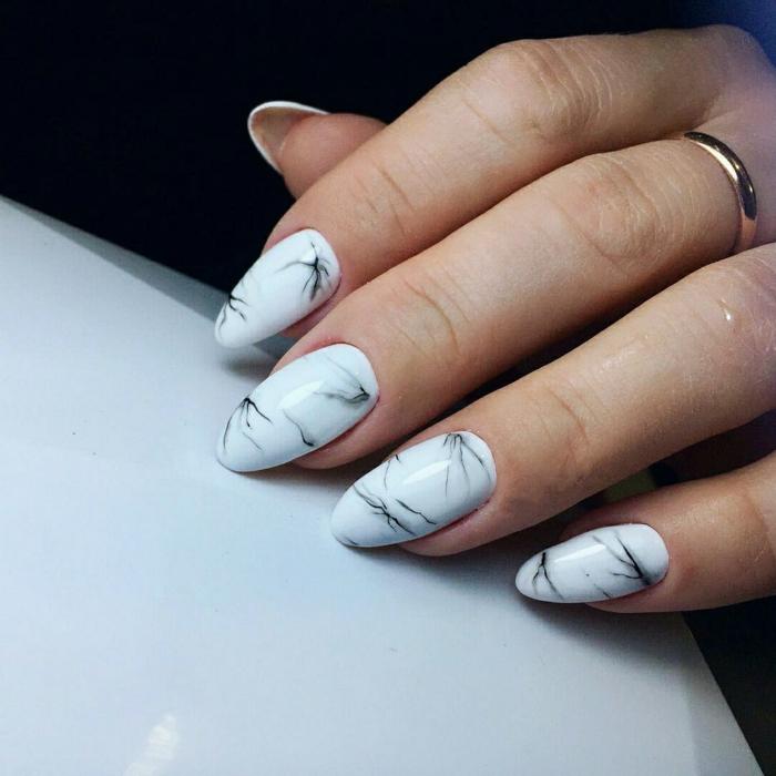 ongles en amande, manucure marbrée en gris et blanc, bague design sobre, joli nail art