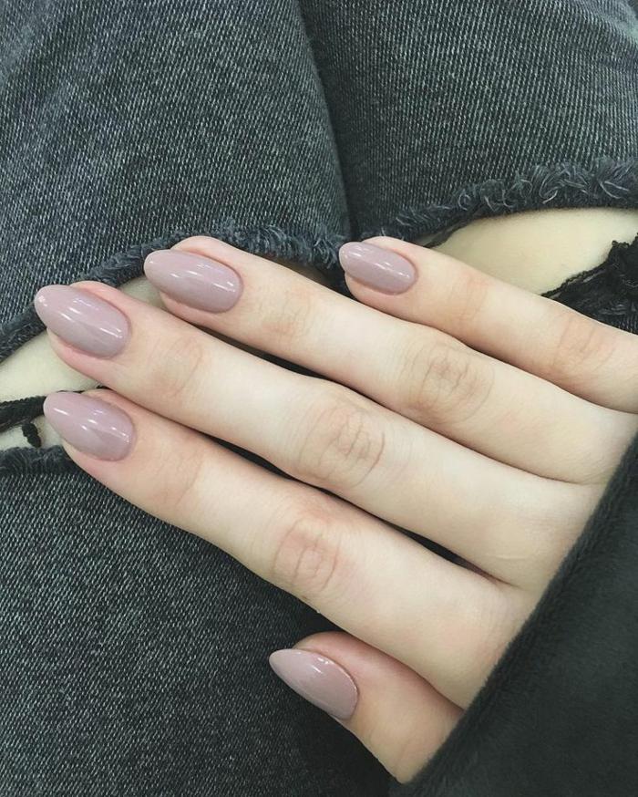 couleur des ongles neutre, manucure rose cendré ongles forme amande, pantalon chic