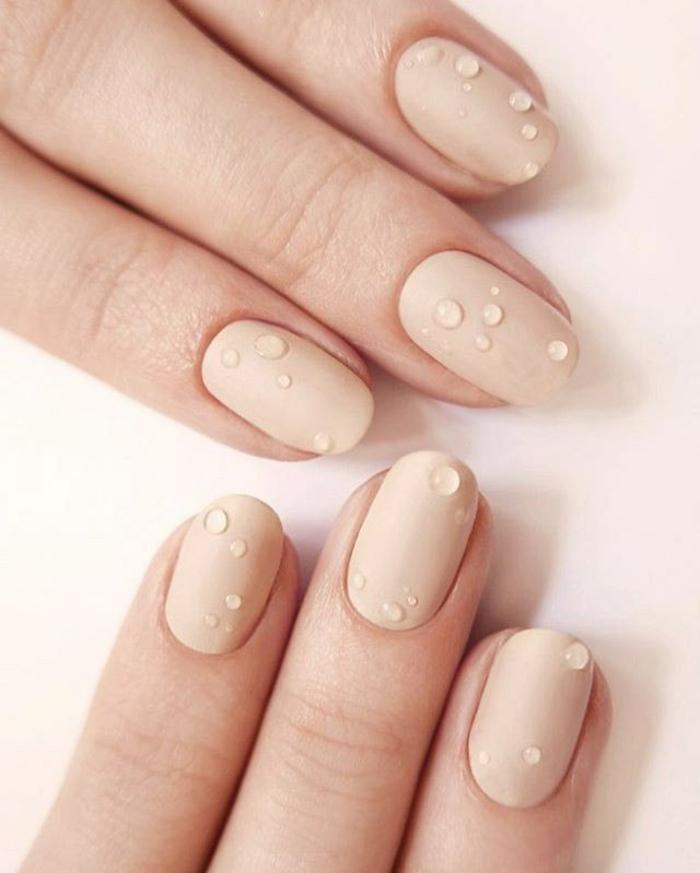 déco ongles couleur beige mat, manucure déco gouttes d'eau sur un vernis beige, manucure aux ongles ovales
