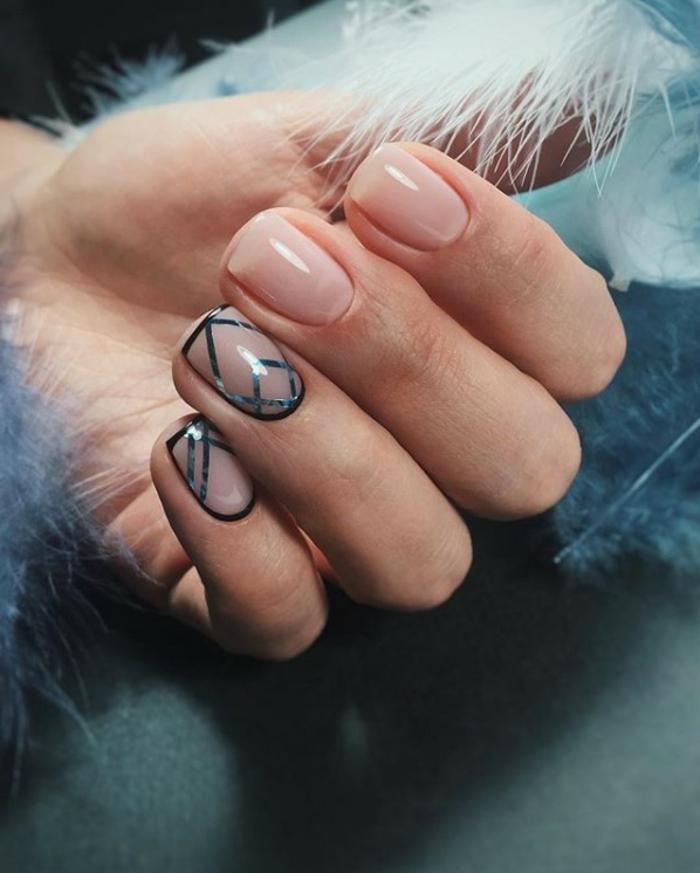 manucure simple, forme des ongles carrée, bandes adhésives bleues, ongles couler rose perlé