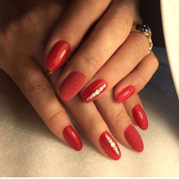 manucure rouge effet gel sur ongles ovales, déco ongles sophistiquée, grande bague en métal jaune