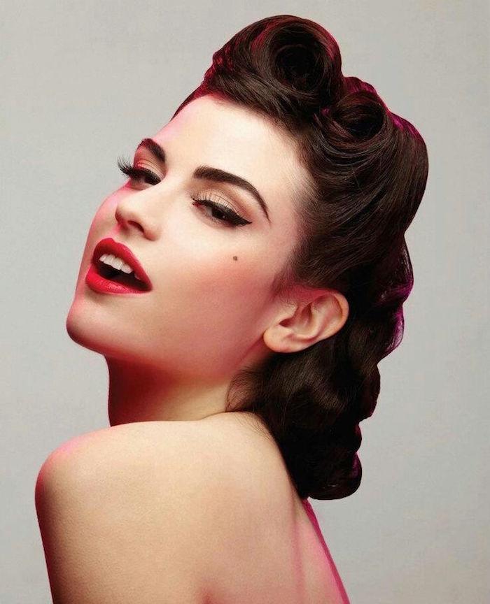 coiffure pin up enroulée victory rolls et maquillage retro eye liner et rouge à levres année 50