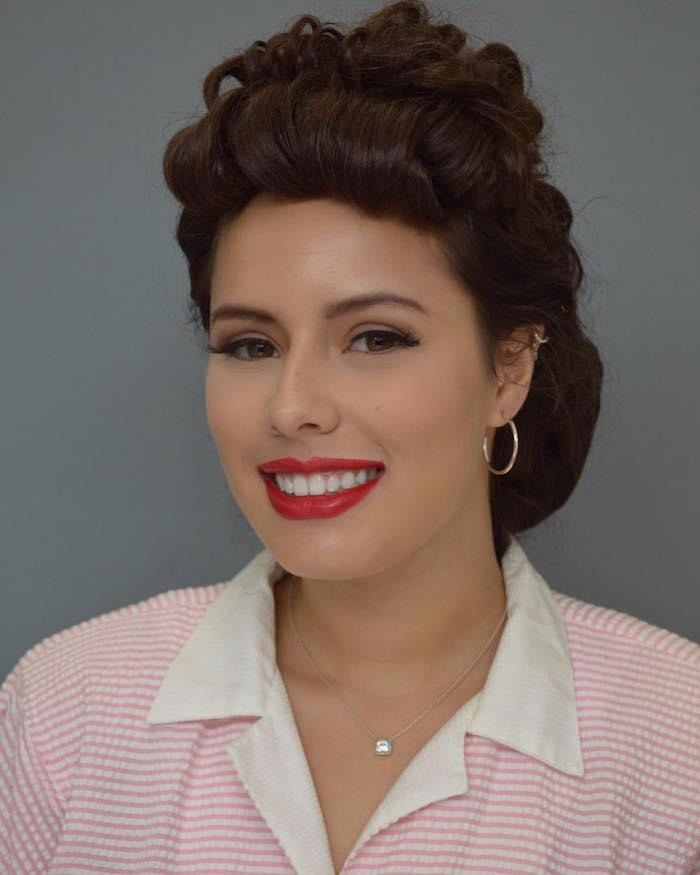femme de style année 50 avec coiffure enroulée en victory rolls et maquillage rétro