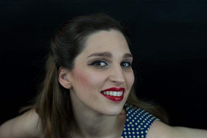 maquillage depin up léger avec eye liner et rouge à levres soutenu et robes année 50 à pois