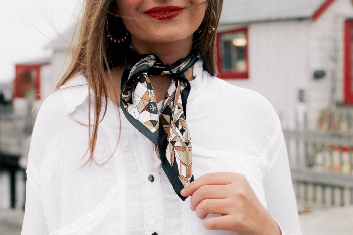 faire un noeud facile avec foulard autour du cou, idée style vestimentaire femme chic, modèle de foulard en soie