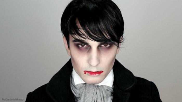 maquillage vampire garcon, lèvres sanglantes, orbites des yeux noires, papillon gris, chemise blanche, veste noire