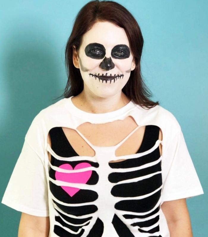 idée de déguisement fait maison avec maquillage effrayant Halloween et t-shirt déchiré à design squelette