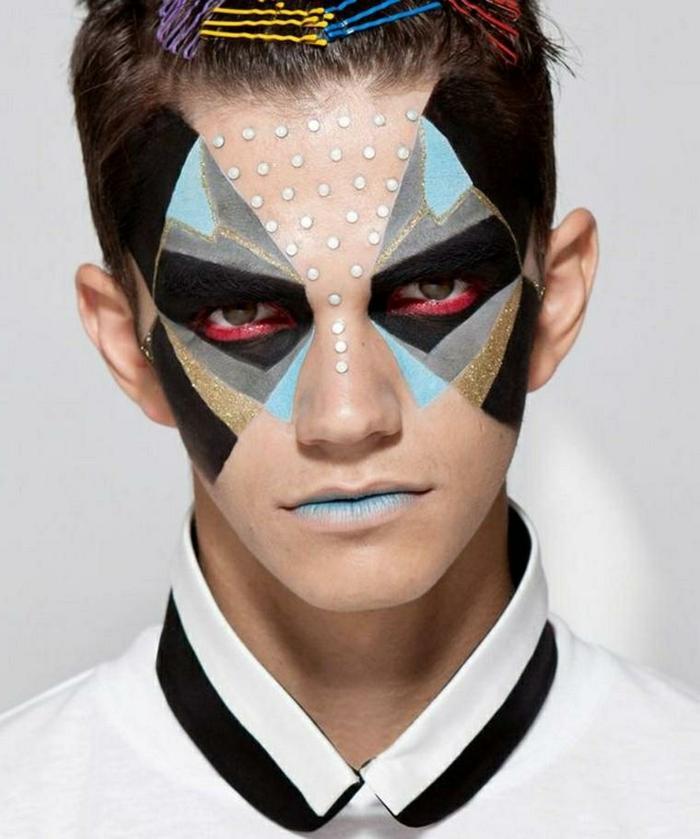 figures géométriques au visage, triangles multicolores autour des yeux, pinces à cheveux colorés, lèvres bleues, paillettes de visage