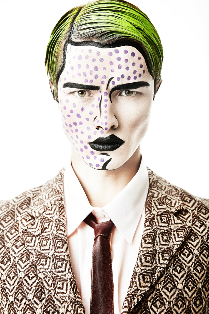 maquillage homme facile, cheveux verts, veste aux motifs géométriques, lèvres et sourcils noirs, cravate stylée