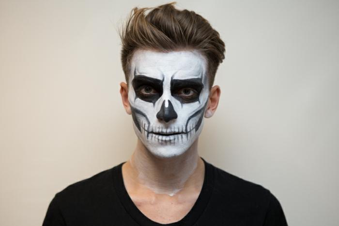 jeune homme maquillé, maquillage halloween facile, tête de mort facile à créer, maquillage halloween de dernière minute