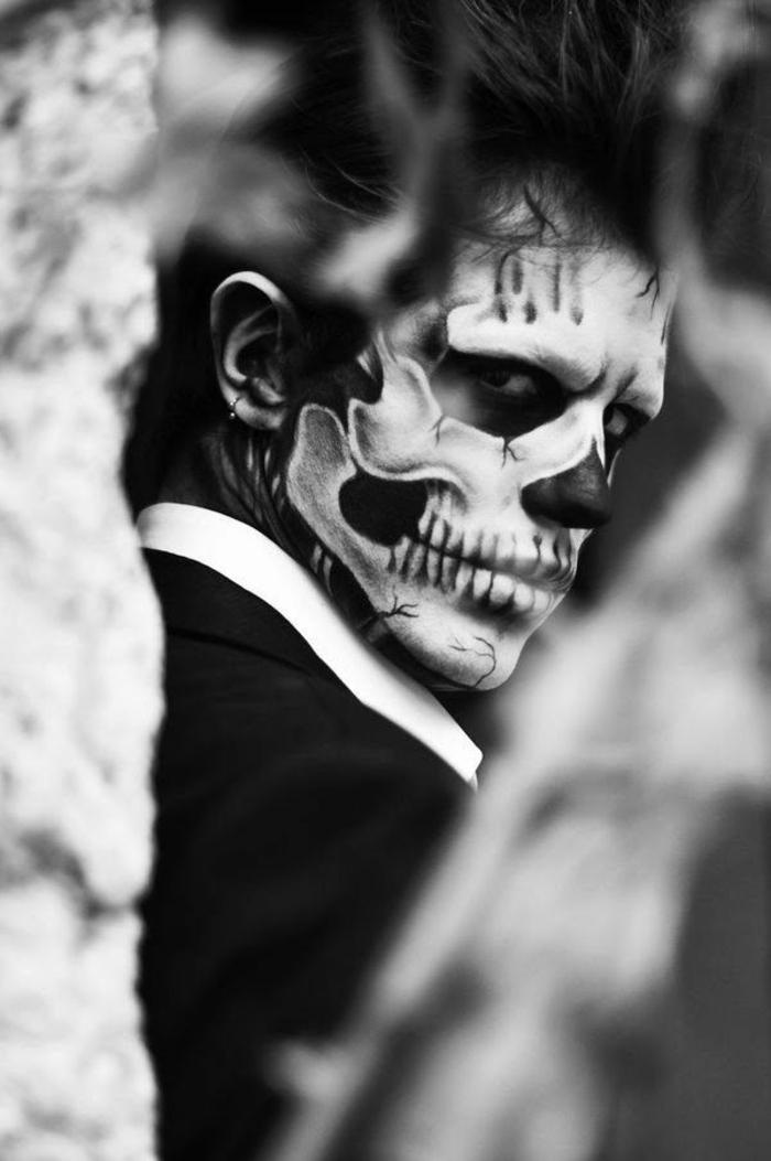 maquillage squelette homme, costume, dents et contours du crâne prononcés, maquillage halloween qui fait peur