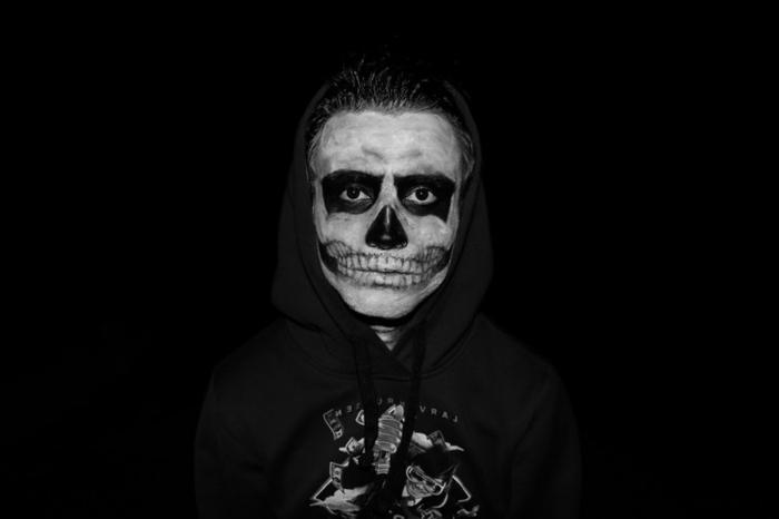 homme maquillé et déguisé pour halloween, peinture blanche et noire, maquillage squelette facile