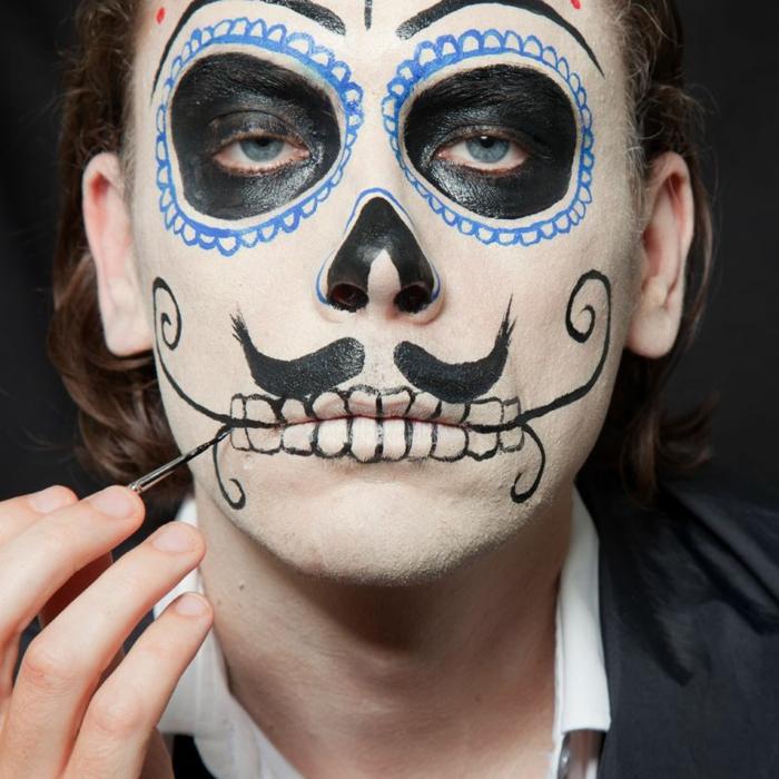 créer un maquillage halloween simple, dents dessinées avec un eye-liner, cavités oculaires aux rebords festonnés