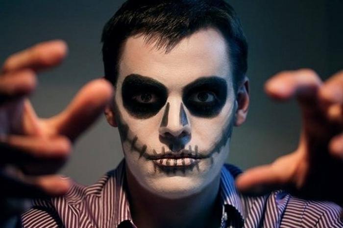 tête de squelette simple, lèvres e pommettes cousues, chemise rayée, image d'homme maléfique