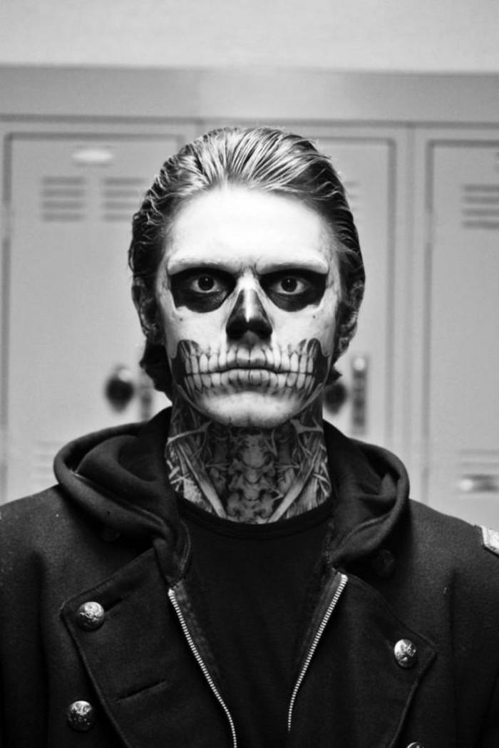 maquillage pour halloween extravagant, cou peint, lèvres allongées jusq'aux oreills et grandes dents de squelette