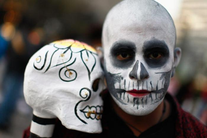 tête de mort maquillage halloween, maquillage halloween simple à réaliser avec deux couleurs et un rouge à lèvres