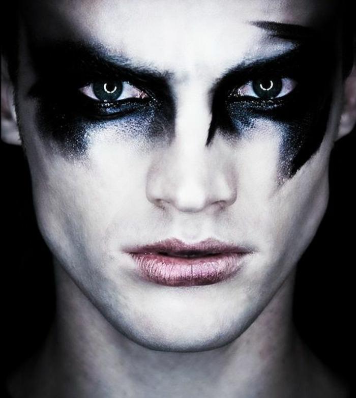 visage maquillé pour halloween, maquillage halloween aux ombres noires autur des yeux, lèvres discrètement colorées
