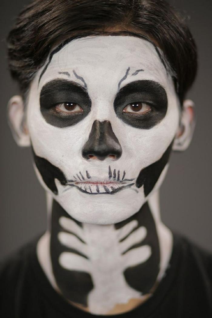 jeune homme avec un maquillage halloween simple, cavités oculaires noires, nez noirci, ombres noires aux pommettes