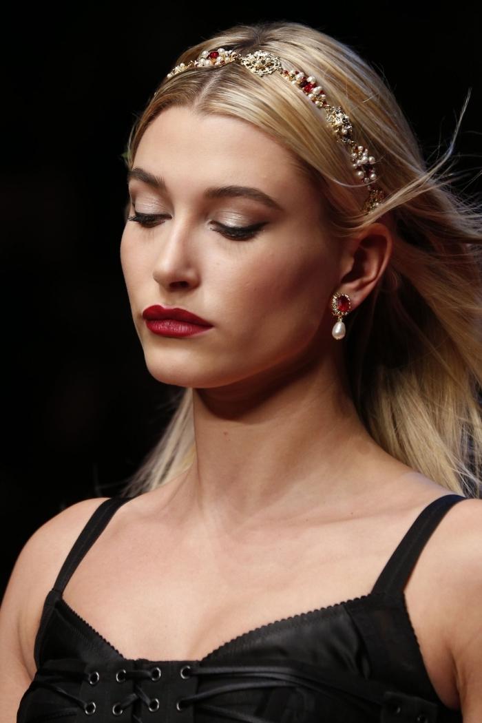 quels accessoires pour une coiffure chic et glamour, modèle de coiffure aux cheveux lâchés avec raie au milieu