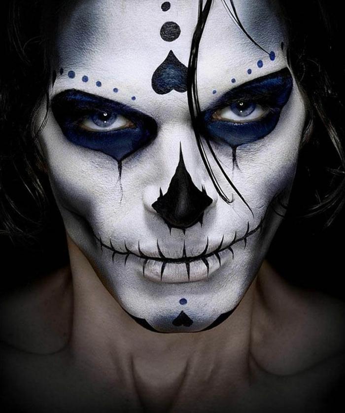 visage de squelette aux lèvres cousues, figures intéressantes sur le front et le menton