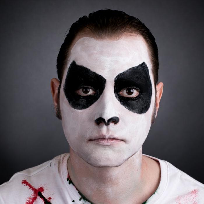 t-shirt blanc, ombres noires autour des yeux, narines peintes noires, maquillage simple d'halloween