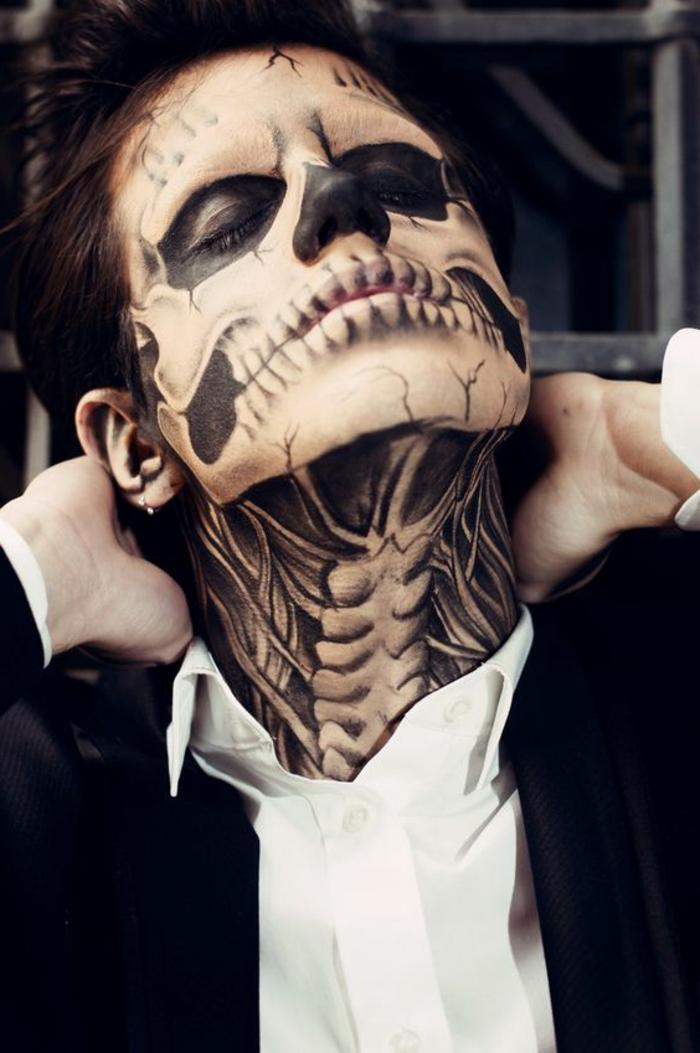 tête de mort en noir et blanc, contours du crâne apparentes grâce à une peinture visage