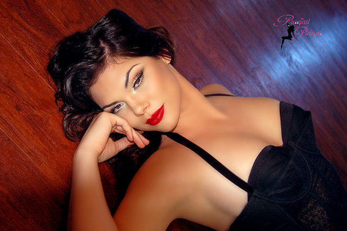 tenue de pin up vintage avec maquillage eye liner et rouge à levres marilyn monroe et robe noire retro style année 50