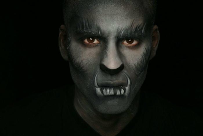 maquillage vampire homme, fausses dents de vampire, visage gris, esquisses de poiles sur le visage