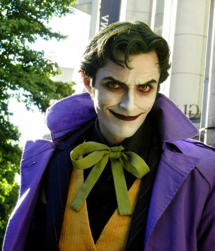 Joker de Harley Quinn, papillon néon, veste rayée, manteau long bleu, cheveux peint vers, bouche rouge