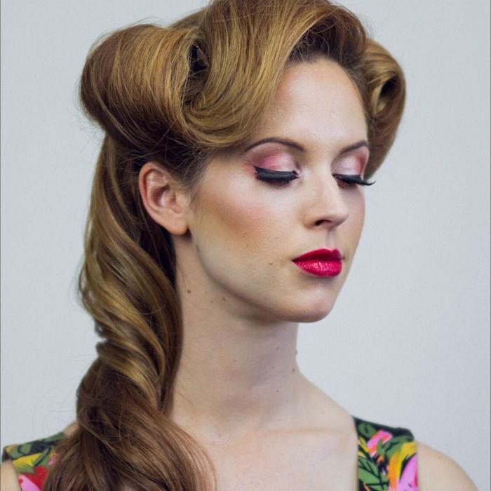 photo femme avec coiffure victory rolls année 50 et maquillage style pin up paupieres roses et robe colorée