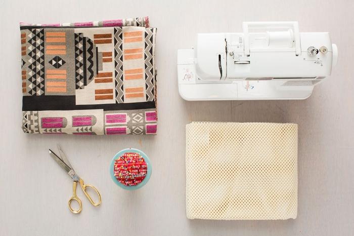 comment réaliser un diy tapis avec morceaux de tapis d'ameublement et tapis anti-dérapant, tuto facile pour faire un tapis