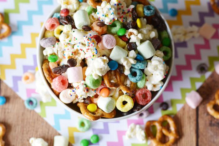 exemple de mélange pop corn, bretzels, céréales colorées, bonbons colorés, recette anniversaire amusante