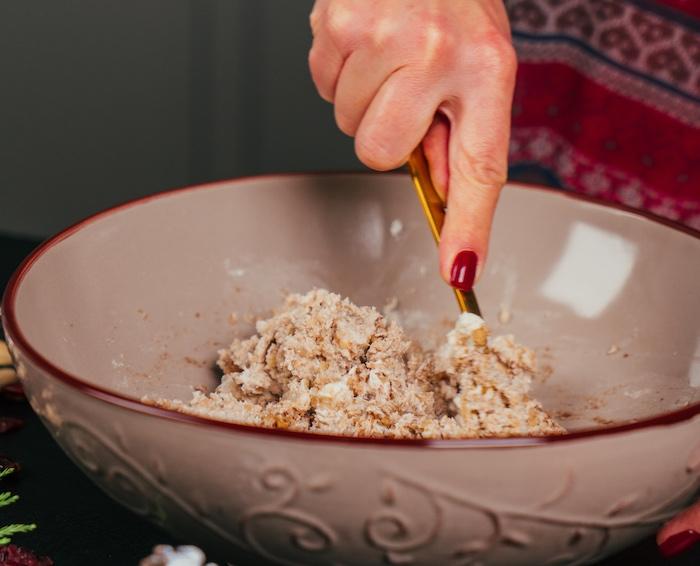 melanger les fromages avec les noix, la cannelle et le miel pour preparer des boules de fro,age sucré-salé