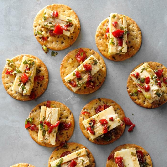 petites bouchées salées de biscuits, fromage, poivrons hachés, épices, arrangement de mets de noel