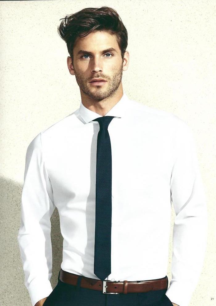 comment faire noeud de cravate slim foncée sur chemise blanche pour homme