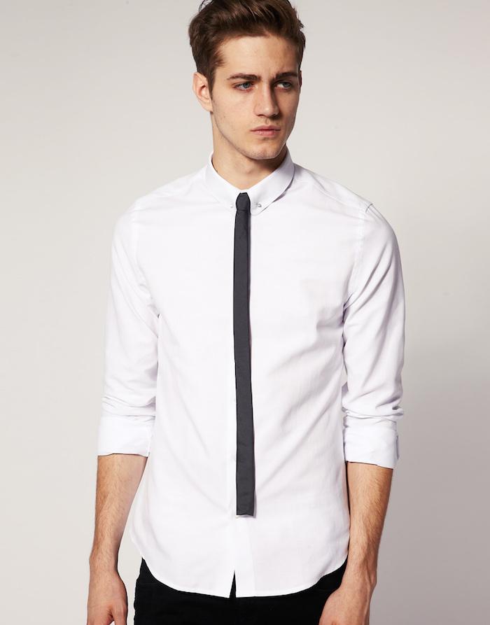 photo homme avec cravate slim très fine foncée avec bout droit sur chemise blanche