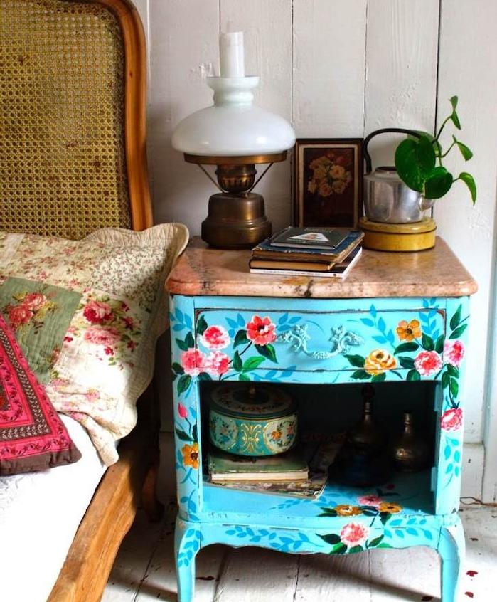 meuble de nuit en poele rustique recyclée et repeinte à motifs fleuris shabby chic, plateau bois, objets deco vintage, lit vintage chic