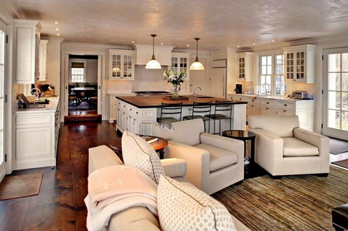 deco cuisine ancienne campagne, sol en bois laqué, fauteuils beiges, lampes suspendues, placards suspendus