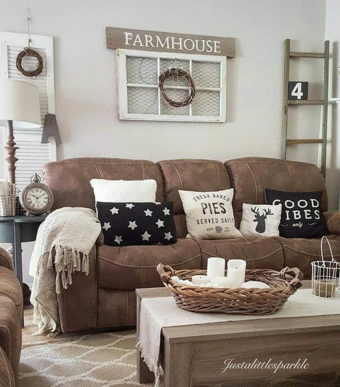 séjour aux couleurs neutres, grand sofa marron, panier rustique, décoration objets recyclés, coussins déco, échelle de bois