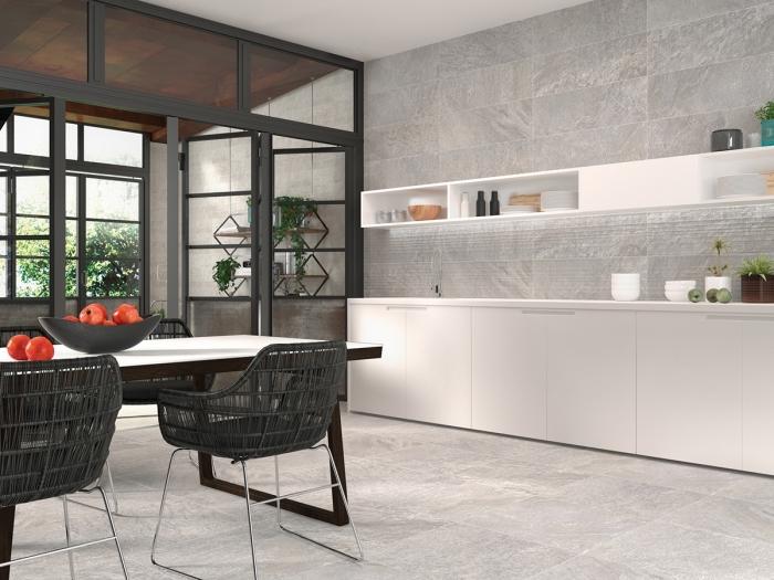 revêtement mural de cuisine en carrelage gris, idée agencement cuisine avec coin repas, exemple intérieur stylé