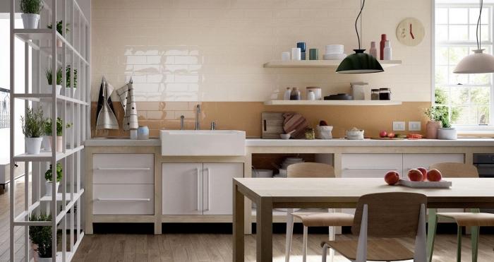 exemple crédence de cuisine en carrelage nuances marron et beige, aménagement cuisine en longueur avec coin repas
