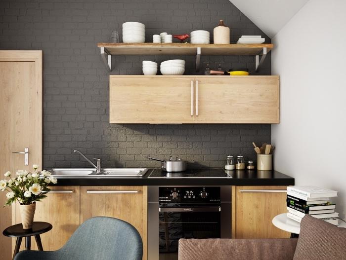 quelles couleurs associer dans une cuisine moderne, idée déco petite cuisine avec mur à effet briques noires et meubles en bois