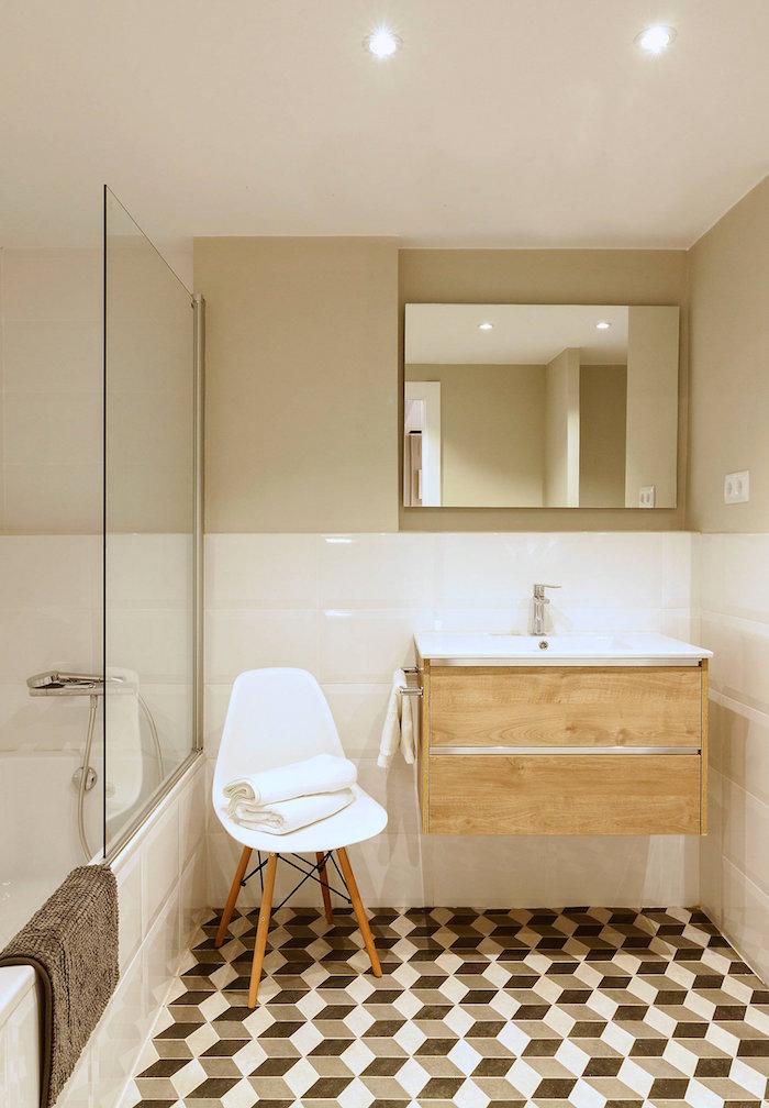 exemple d' aménagement petite salle de bain avec déco rétro type scandinave avec carrelage effet 3d chaise vintage blanche et carrelage blanc brillant sur le mur