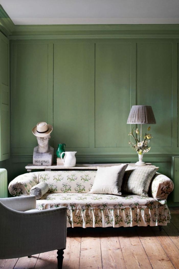 sofa esprit brocante, lampe abat-jour lilas, coussins gris clair, fauteuil gris, panneaux muraux verts