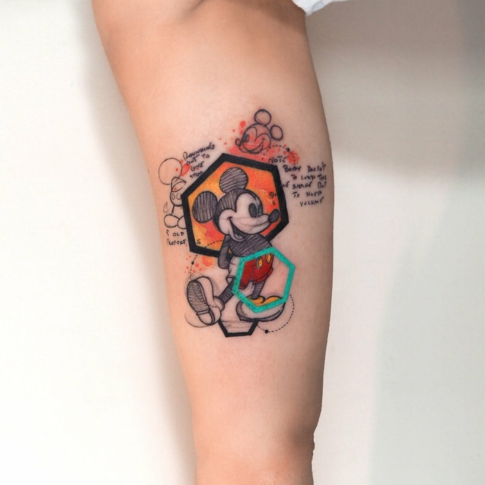 Authentique tatouage poignet femme, tatouage infini originale idée, Mickey Mouse original
