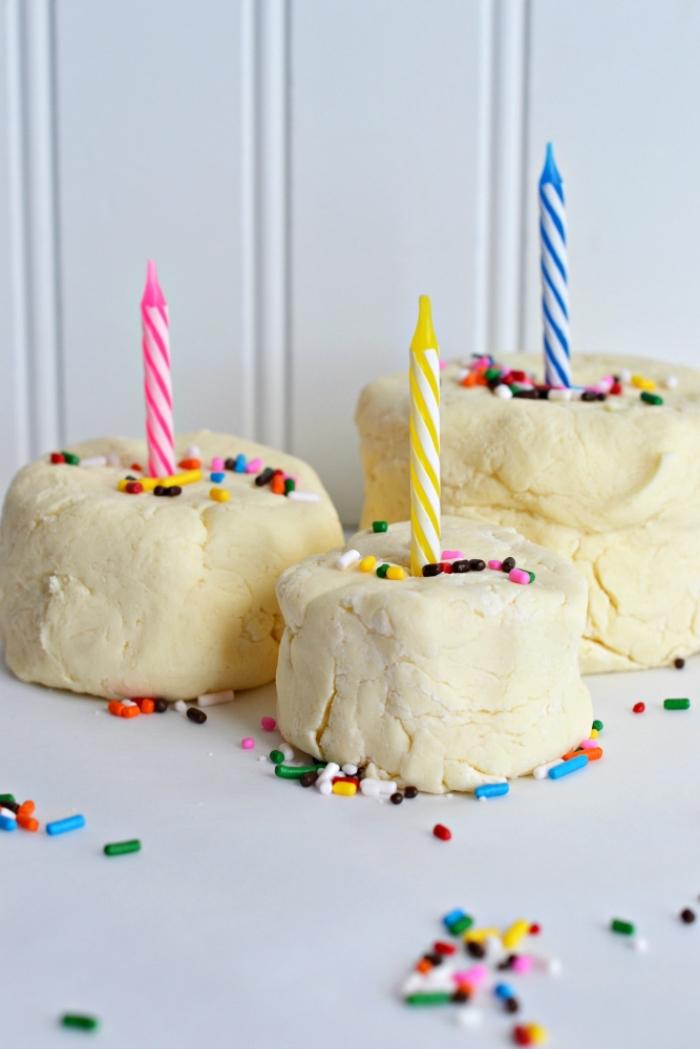 des petits gâteaux réalisés en pâte à modeler comestible, décorés avec bougies et saupoudrés de vermicelles en sucre colorées, recette de pâte à modeler comestible