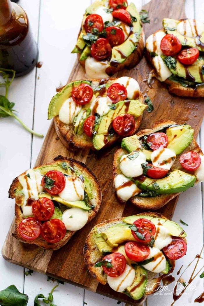 tartines croustillantes richement décorées d'ingrédients alimentaires et déposées sur un plat de service