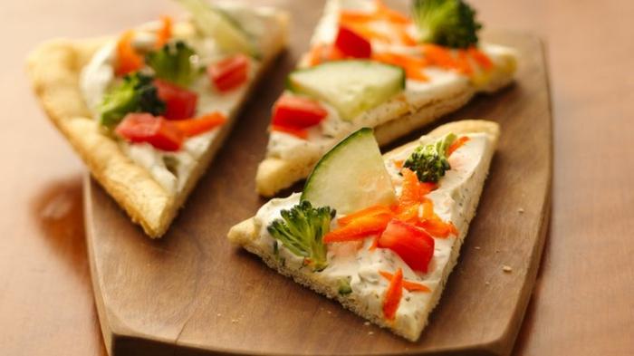 brocolis, poivron, concombre, crème fraiche ou fromage, petits morceaux de pain en forme de triangles