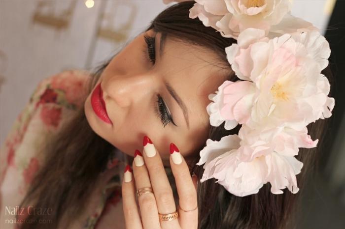 ongles stiletto à déco jolie et facile, couronne de roses rose pâle, lèvres rouges, bagues dorées