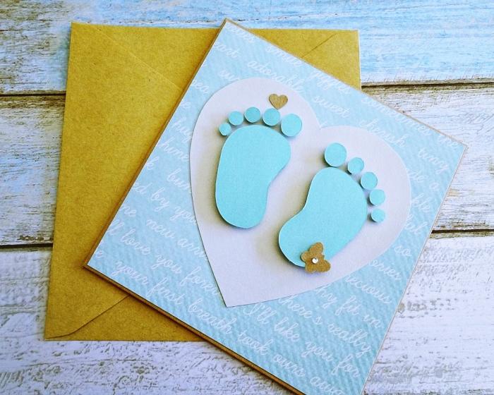 comment faire un faire part naissance pas cher, modèle de carte annonce naissance en papier cartonné avec petits pieds bébé à effet 3D